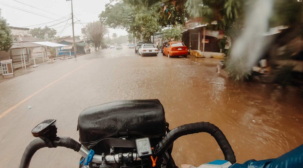 Pedalare in piena alluvione tra salite e strade allagate