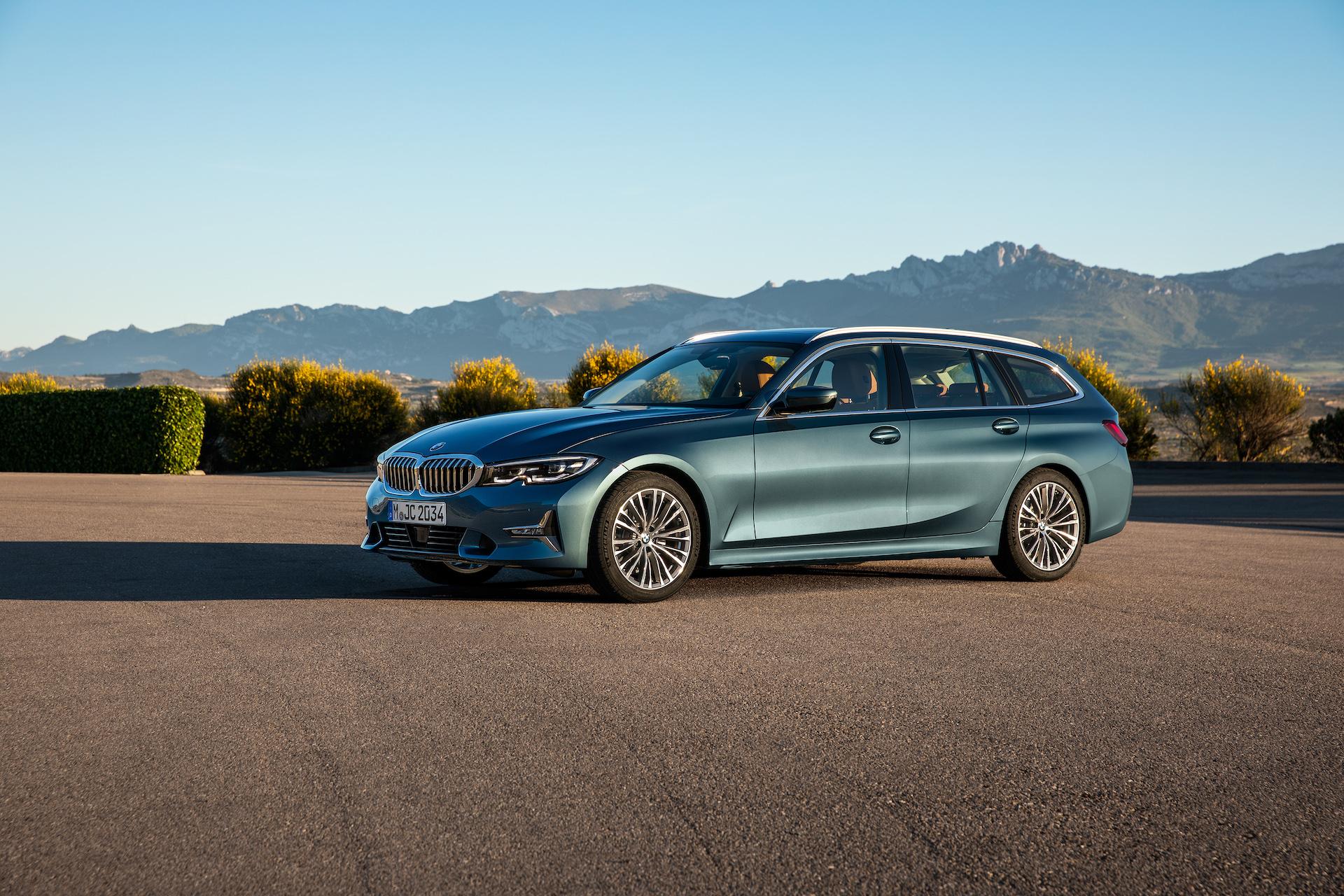 BMW Serie 3 Touring azzurra tre quarti anteriore