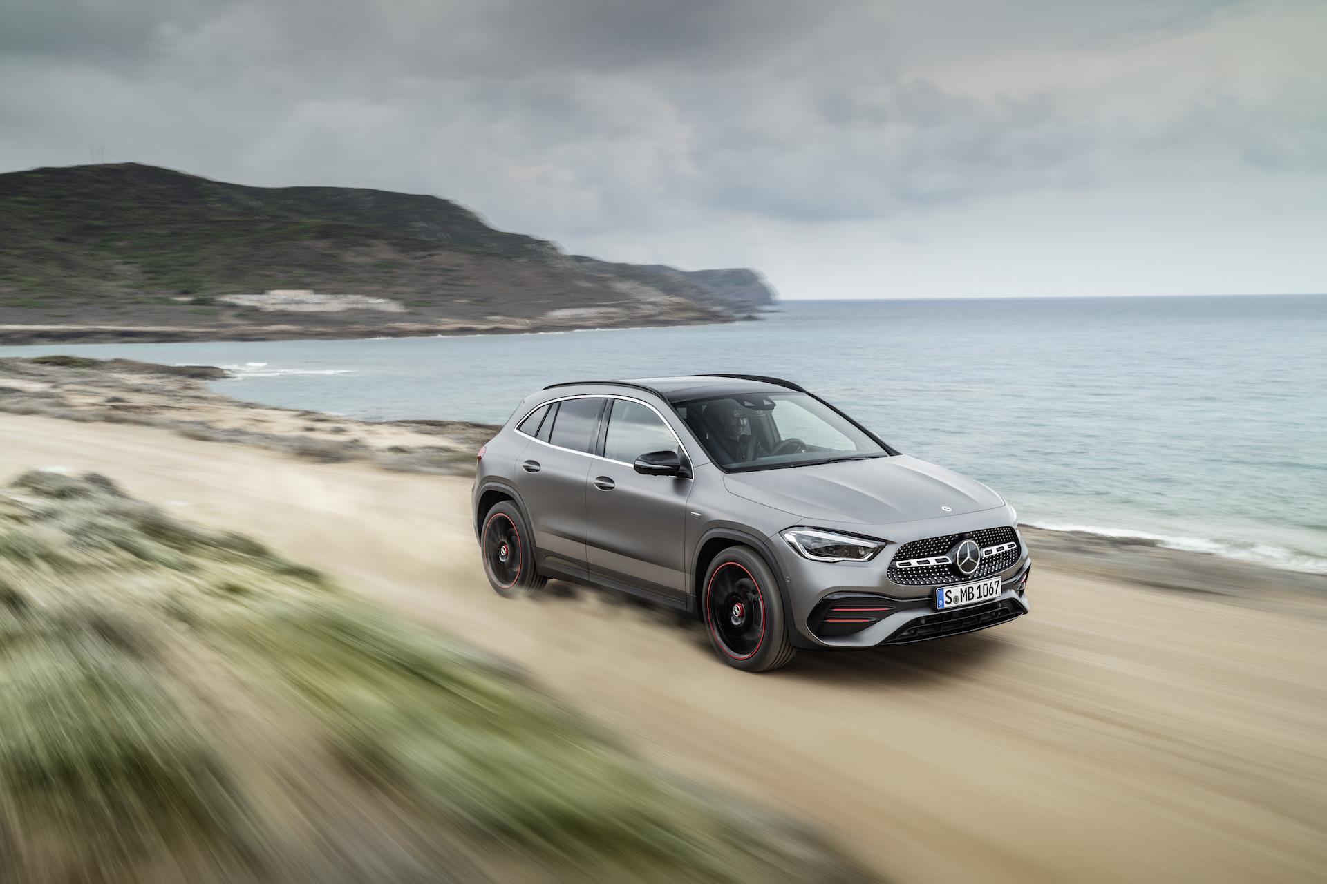 Auto Nuova Mercedes GLA 2020 offroad su spiaggia