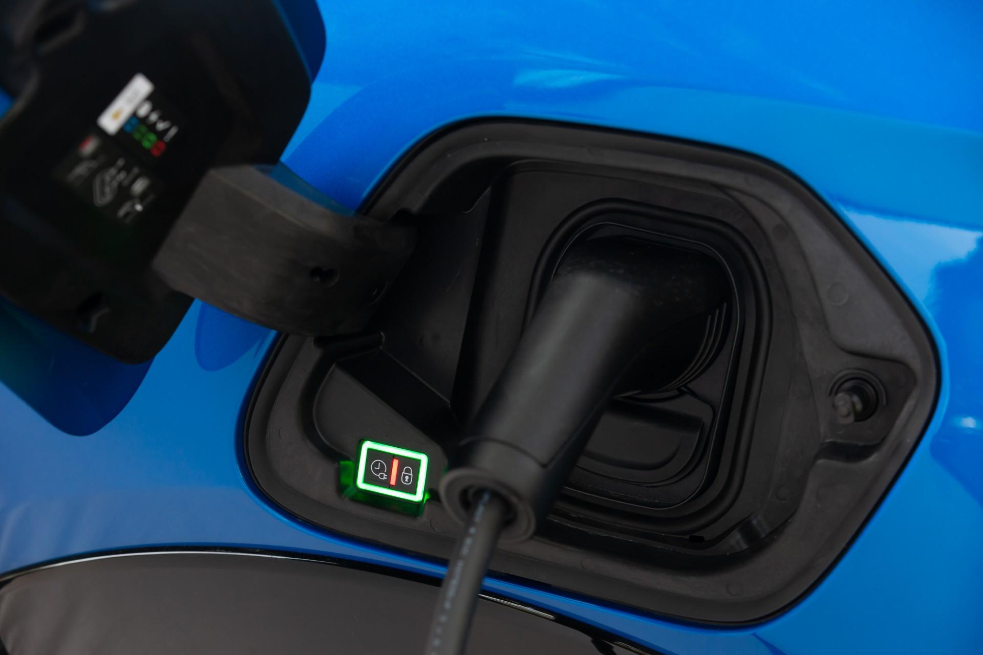 Peugeot e208 blu particolare attacco caricabatteria