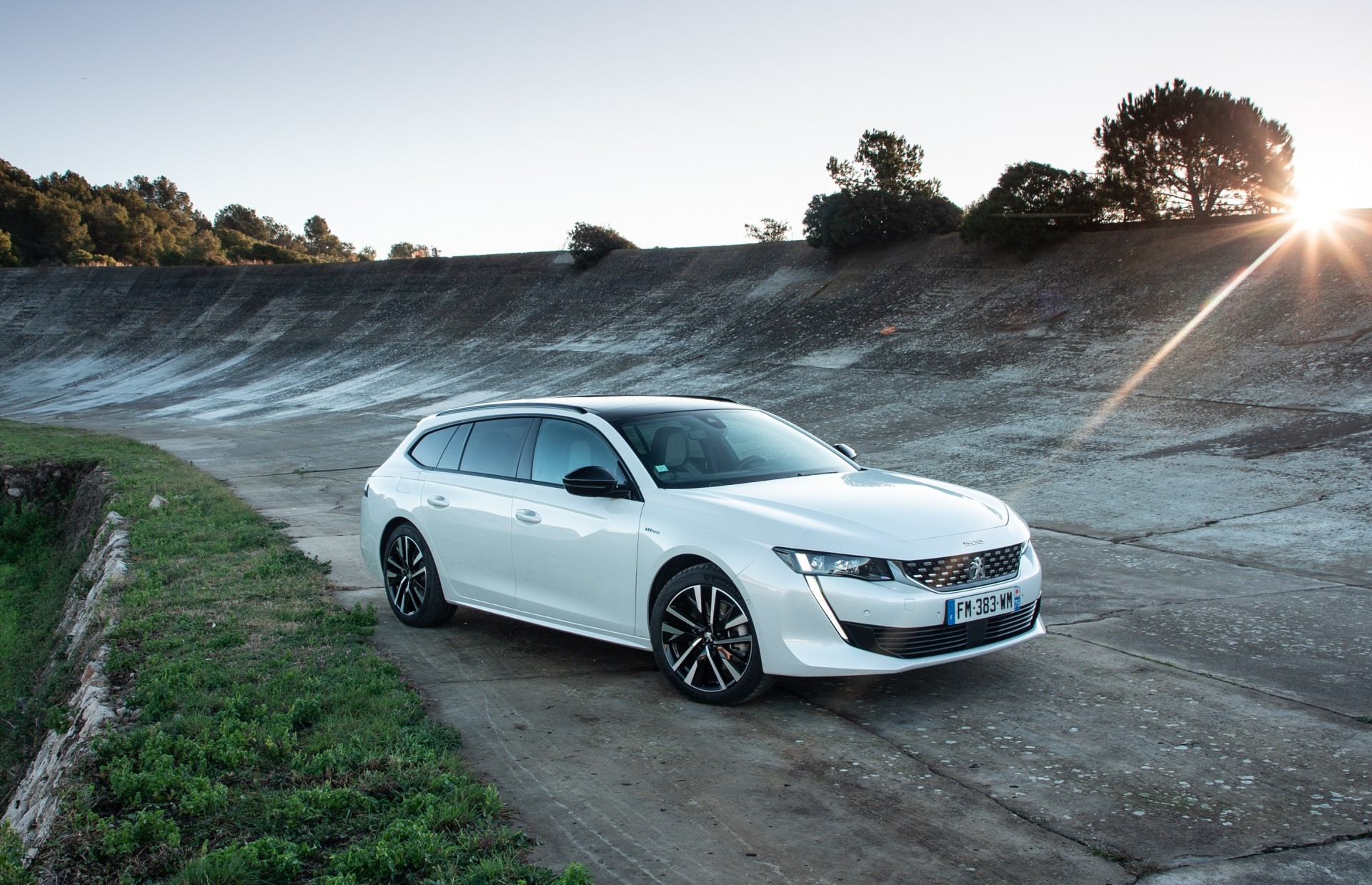 Peugeot gamma elettrificata, 508 SW ibrida plug-in bianca statica tre quarti anteriore