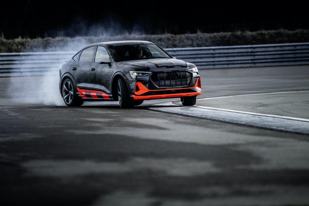 Audi e-tron S, come funziona l'elettrico (con tre motori) che ama i traversi