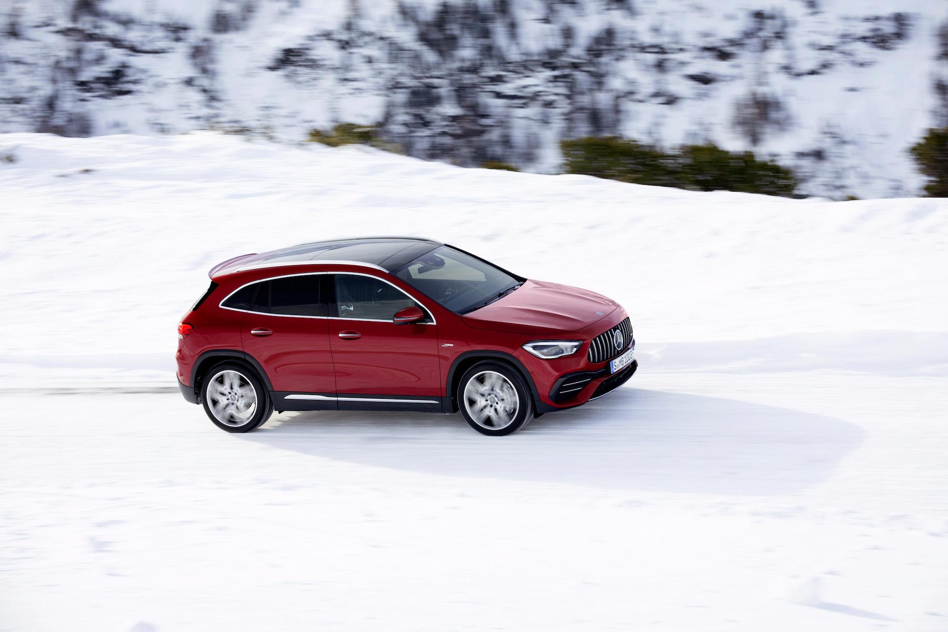 Nuova Mercedes GLA 2020 Rossa sulla neve